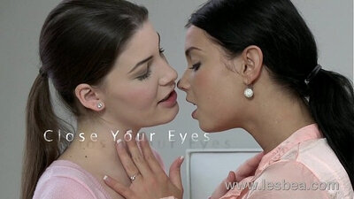 Attractive pussy kneesprings with young lesbian