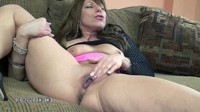 Horny brunette MILF Brandi Minx plays with mature twat