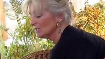 Nonna matura vogliosa di cazzo giovane granny hot cock